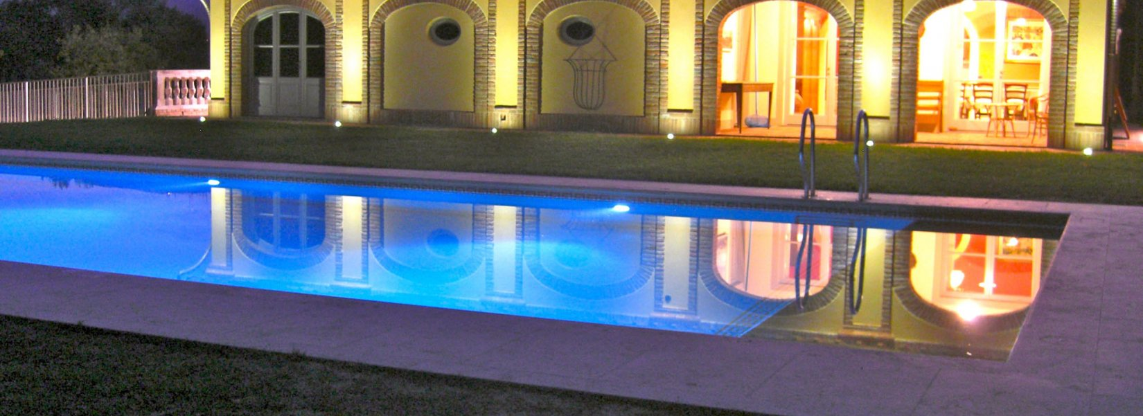 Swimming pool with water heating system